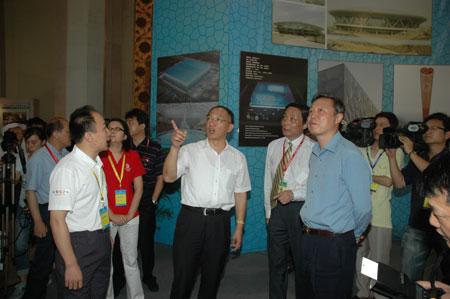 图文:中国体育用品博览会 总局领导驻足参观
