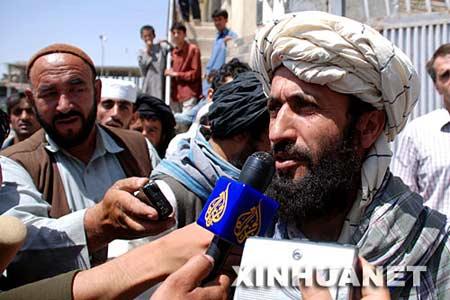 8月11日,在阿富汗加兹尼市,一名参加与韩国政府代表团谈判的塔利班武装组织代表(右)接受媒体采访。