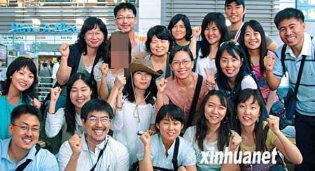 这是部分在阿富汗被绑架的韩国人在韩国仁川国际机场出发前的合影。 新华社/纽西斯通讯社