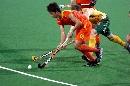 图文:曲棍球邀请赛澳大利亚男队夺冠 带球突破