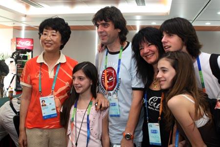 图文:奥运家庭游北京 阿根廷一家与臧爱民合影
