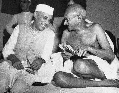 """1946年7月6日,""""圣雄""""甘地(右)与印度首任总理尼赫鲁在孟买召开的全印度国民大会上。"""