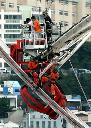 一家7口人同坐一车厢,5人从20米高空摔下遇难。