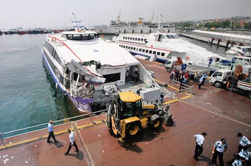 8月13日,警察在伊斯坦布尔港口检查发生事故的客船。