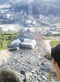 湘西凤凰沱江大桥垮塌