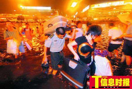 昨晚,大雨过后,广州火车站广场成为了一片汪洋,旅客要趟水才能进出车站。陆明杰