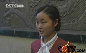 曹愉离开学校后在一家饭店打工为父亲挣医药费
