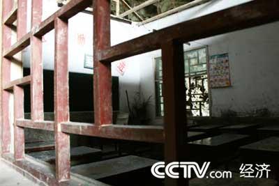 狭小的教室要容纳60多名学生上课