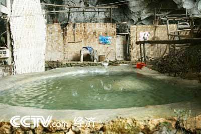 学校的师生靠石缝里滴下的泉水生活