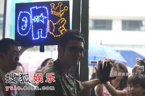 黄晓明狙击手纹身; 黄晓明赴香港拍摄《神枪手》