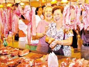 市民在超市里购买猪肉。