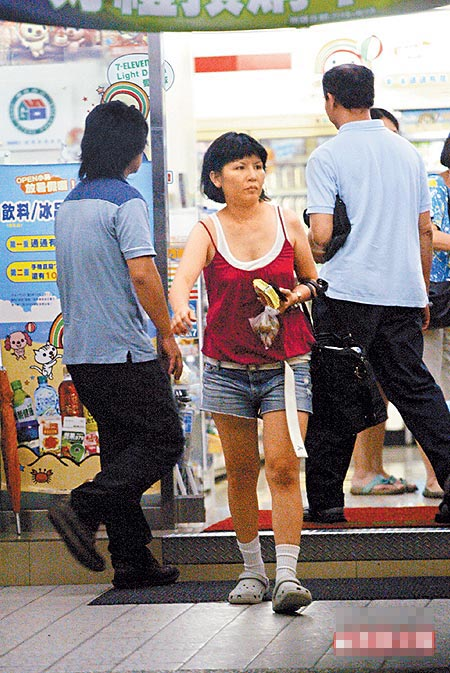 台湾三线演员夜店会熟女 共玩鸳鸯戏水
