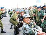 多国部队军人在进行拔河比赛