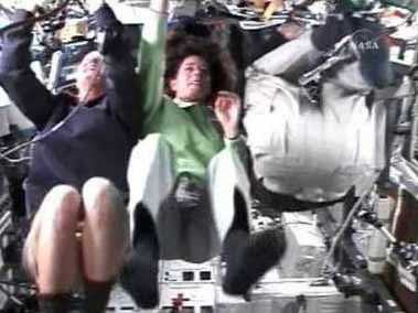 8月14日,女教师宇航员芭芭拉·摩根(中)在向学生展示空间站的工作情况。
