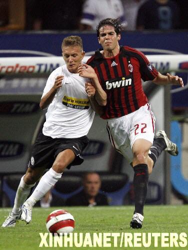 蒂姆/8月15日,AC米兰队球员卡卡(右)与尤文图斯队球员克里斯奇托...