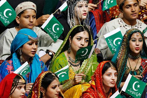8月14日,巴基斯坦首都伊斯兰堡,身穿盛装的妇女在当天庆祝独立的升旗仪式上高唱国歌。