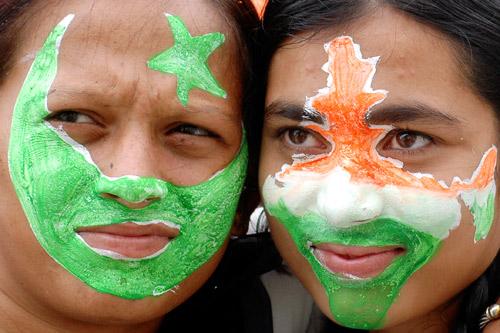 8月14日,在印度阿米达巴德(Ahmedabad),两位脸上涂有印巴国旗图案的少女在当地一所大学的庆祝仪式上。