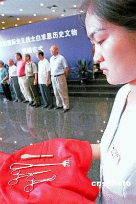 8月15日,伟大的国际主义战士白求恩当年为中国敌后抗日军民施行战地手术的四件(套)医疗器械在北京中国人民抗日战争纪念馆见诸公众。 中新社发 何野萍 摄