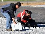 记者在演习现场用海事卫星发稿