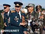记者与俄罗斯老英雄握手