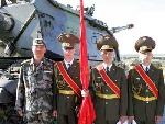 记者与俄罗斯仪仗兵合影