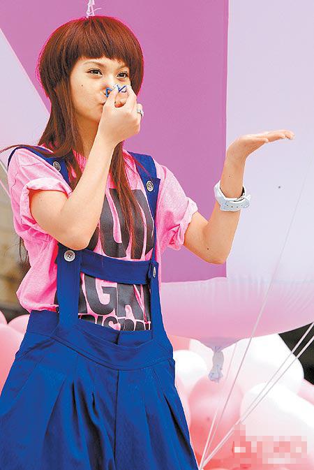 杨丞琳昨为新歌《缺氧》夹鼻子,体验缺氧感受