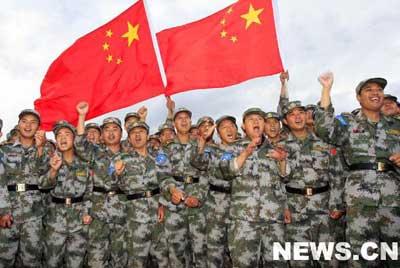 """""""和平使命-2007""""军演中的中国军人""""和平使命-2007""""上合组织武装力量反恐演习中,不同语言、不同肤色的各国参演官兵为了和平、为了共同的目标,为了完成使命而齐集车里雅宾斯克。新华网特派记者 李刚 摄。"""