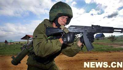 """8月6日,一名参演的俄军士兵进行训练。""""和平使命-2007""""上合组织武装力量反恐演习中,不同语言、不同肤色的各国参演官兵为了和平、为了共同的目标,为了完成使命而齐集车里雅宾斯克。新华网特派记者 李刚 摄"""