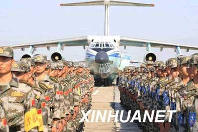 """""""和平使命-2007""""中方参演官兵在刚抵达俄罗斯沙戈尔机场的我伊尔-76运输机前列队 李刚摄"""