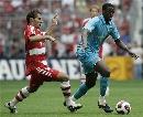图文:绍尔告别赛巴萨1-0拜仁 图雷带球突破