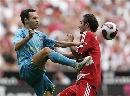 图文:绍尔告别赛巴萨1-0拜仁 小白和对手过脚