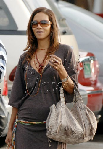 今年年初就有媒体拍到贝瑞小腹隆起的照片,当时也有人质疑她怀孕了