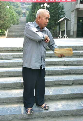 73岁的陈甲顺老人改变了助学方式,让学子们学会感恩和回报,将爱心助学传递下去     本报记者 陈团结 摄