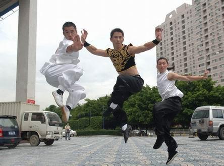 由左至右是曹帅、朱庆宾、张迎喜