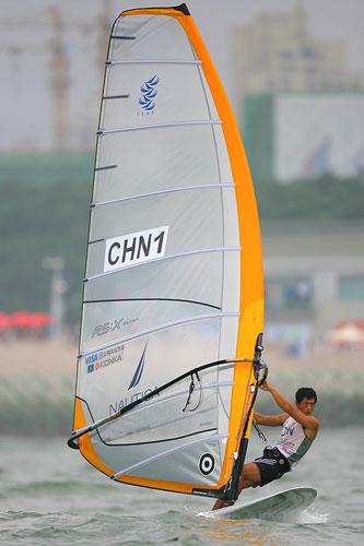 图文:青岛国际帆船赛第二日 中国队一号周元国