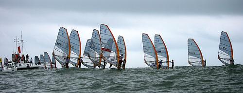 图文:青岛国际帆船赛第二日 各帆船启航