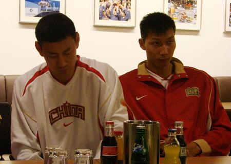 图文:中国男篮新闻发布会 李楠和易建联