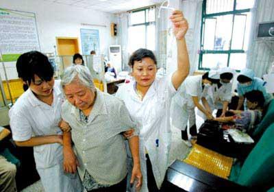 南岸下浩一天门社区医院,医护人员为群众治疗 记者 钟志兵 摄(资料图片