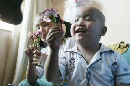 """2007年8月16日,重庆,不满4岁的小康因患""""WAS综合症""""在市儿童医院成功地接受骨髓移植手术,手术后他与姐姐在一起开心地玩耍。"""