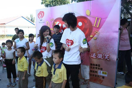 图文:奥运志愿心乐团走进太阳村 志愿者送歌