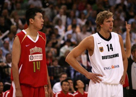 图文:[男篮]中国队VS德国 大郅与诺维斯基