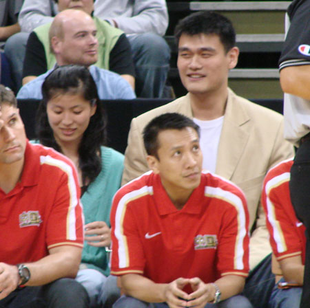 图文:[男篮]中国队VS德国 姚明叶莉现场观战