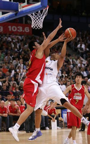 图文:[男篮]中国队VS德国 篮下积极防守