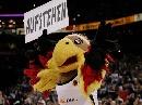 图文:[男篮]中国队VS德国 吉祥物搞怪