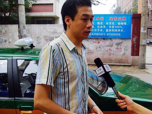 高虎下车后接受记者采访