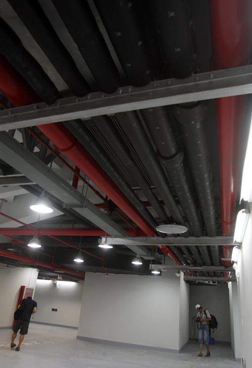 图文:农大体育馆完工 管线形成一道特殊风景