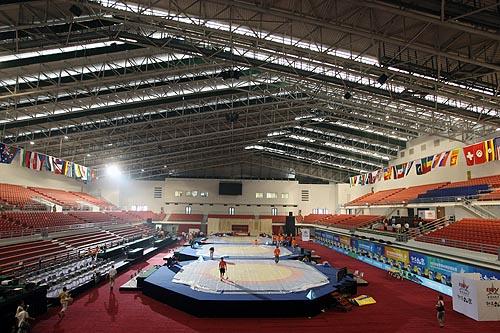 图文:农大体育馆完工 主馆三个摔跤台安装完毕