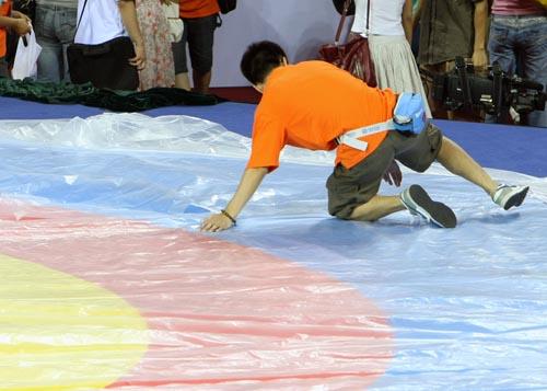 图文:农大体育馆完工 在摔跤台上覆盖塑料薄膜