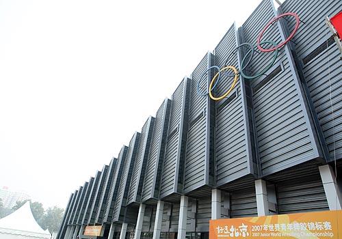 """图文:农大体育馆完工 门口""""好运北京""""标识"""
