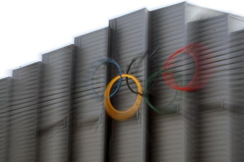 图文:农大体育馆完工 体育馆上的五环标志
